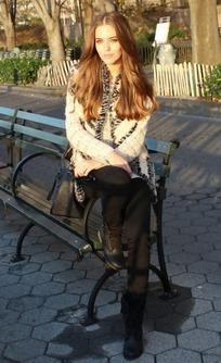 坐在街头长椅上的外国美女