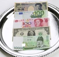 盘子里各国钱币