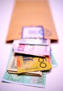 信封里的各国纸币