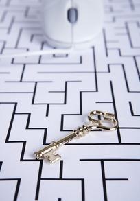 迷宫图案上的白色鼠标和钥匙
