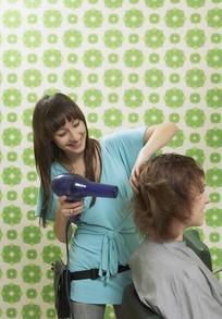 为顾客吹头发的美女理发师图片
