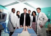 站在手术台前的外国医生团队