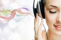 戴着耳机听歌的美女图片