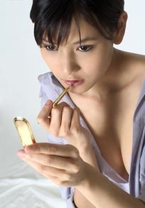 露胸和肩膀描唇的性感女人