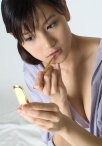 描唇的性感露胸女人