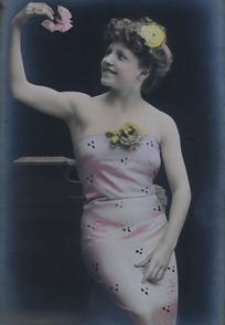 手举粉花的丰满女人复古形象