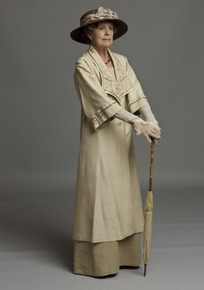 撑着伞的外国老妇人