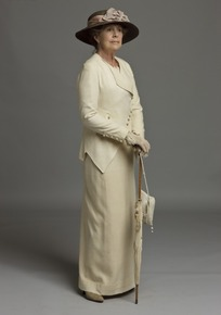拄着伞的外国老妇人