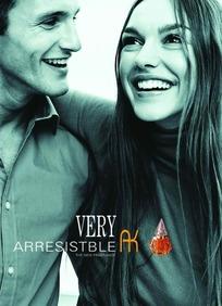 微笑着的外国男女——香水广告