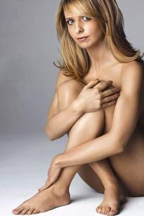 盘腿坐着的外国全裸美女