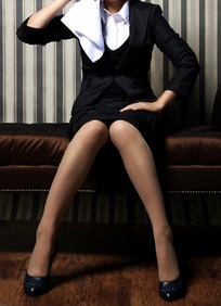 手拿毛巾坐在沙发上的女孩