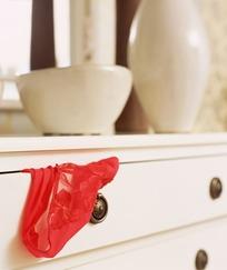 抽屉里露出的红色蕾丝内裤