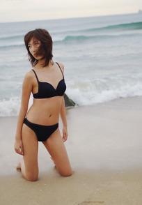 沙滩上跪着的比基尼美女