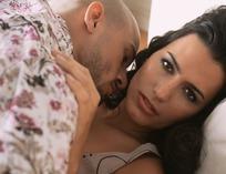 躺在床上准备亲吻的情侣