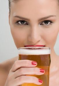 手拿啤酒杯的女模特摄影照片