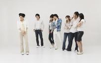 一群男女看着一个白衣美女