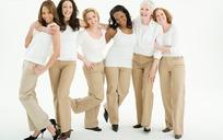 一群欢笑的白衣美女图片
