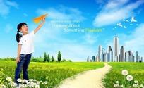 在绿色的草地上一个小女孩手里拿着纸飞机
