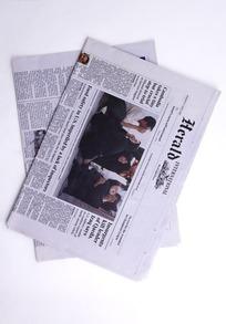 叠放在一起的报纸特写照片
