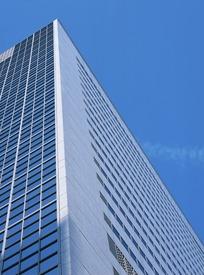 蓝天背景下的高楼大厦照片