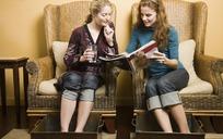 两个看书沐足的女人
