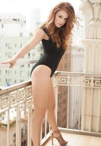 背倚着阳台栏杆的外国性感美女