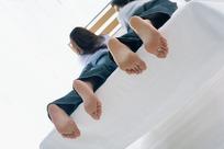 趴在床上露出脚丫的情侣照片