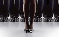 一对穿高跟鞋的女人脚在一排男人脚前面