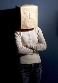 头戴纸盒的人