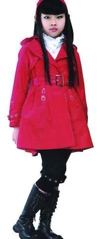 穿着红色外套的可爱女孩