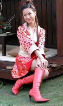 穿红色汉服脚蹬红色靴子的女子