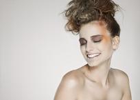 微笑的时尚女模特写真照片