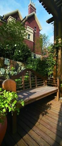 长椅/树木/三角形屋顶构成的风景