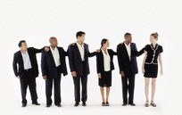 手搭他人肩膀的一排职业人士