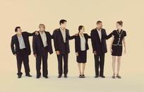 用手搭他人肩膀的排成一列人