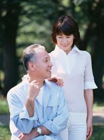 女人手搭在男人肩膀上的一对夫妻