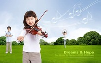 草地上拉小提琴的小女孩
