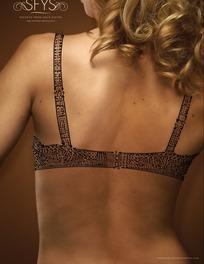 穿黑色镂空花纹内衣的女子的背部特写