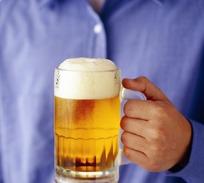 拿着啤酒杯的手