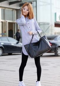 美女 可爱 包包/在街上摆姿势的可爱包包美女