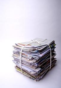 一堆捆起来的废报纸