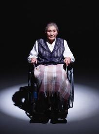 轮椅上的老妇人