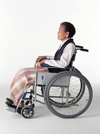 坐在轮椅上的老妇人