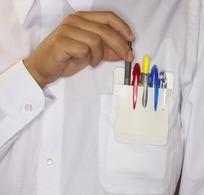 胸口的口袋成插满的各色笔