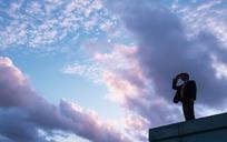 站在高处手搭凉棚的男白领JPG图片