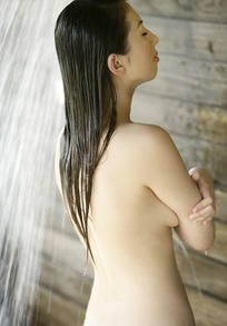 站在花洒下淋浴的女子的背影