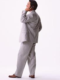亚洲日p网手机_穿灰色西装打手机的亚洲男人侧面图片