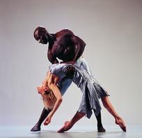 男弓身托抱女腰女扶男腰分脚尖垂臂下弯腰