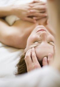女美容师按摩女顾客眼眉的图片