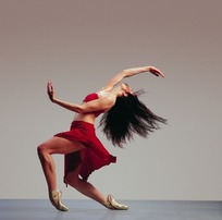 前后曲腿脚尖立向后弯腰前后伸臂下仰头女子